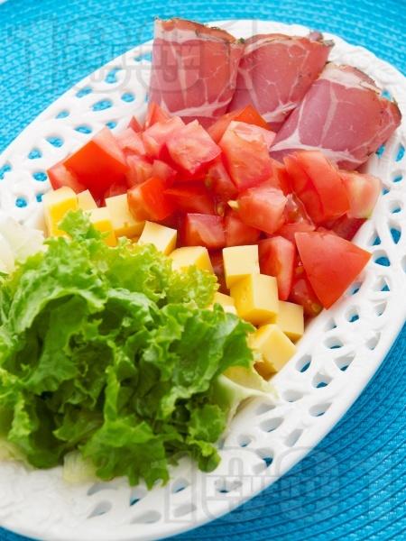 Лесна салата с ементал и свинско филе - снимка на рецептата